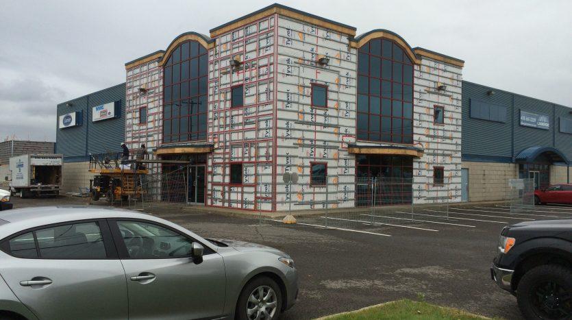 La double façade du 595, boul. Pierre-Bertrand durant les travaux de réfection.